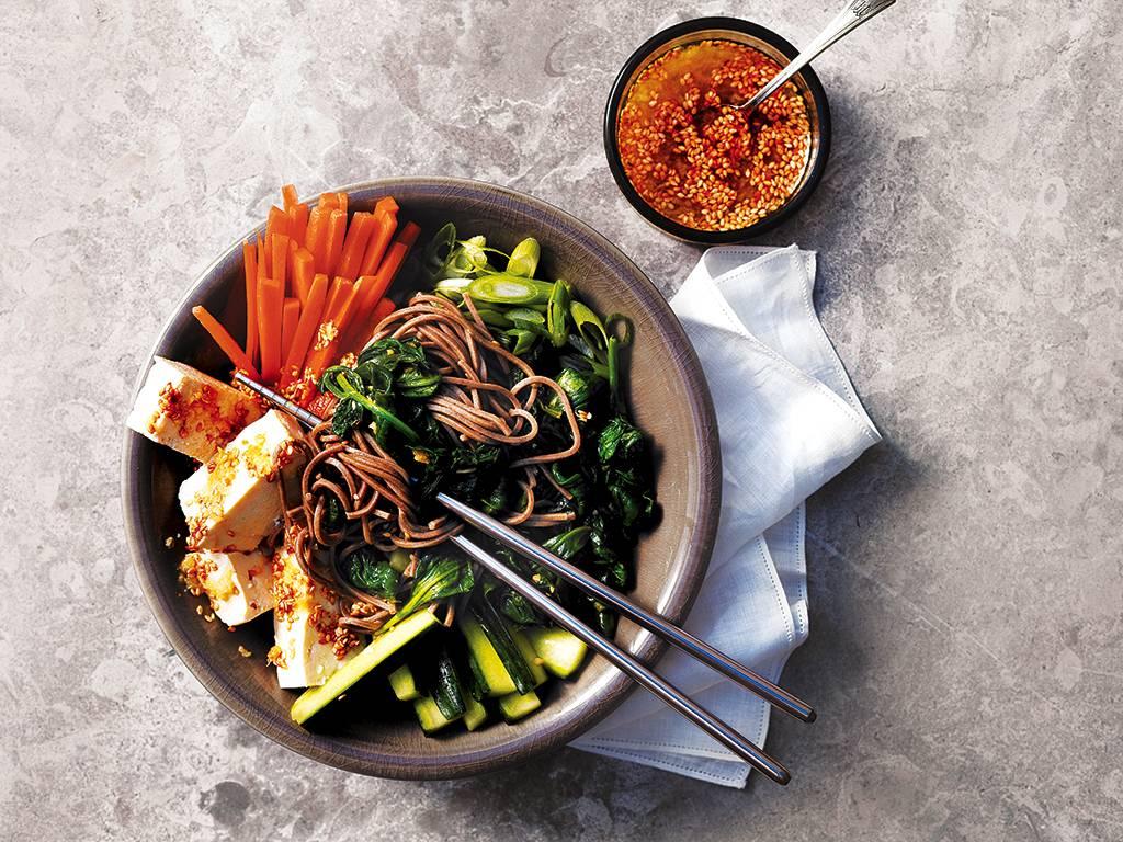 Salade de tofu et de legumes asiatiques