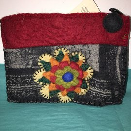 BIG FLOWER FELTED POUCH