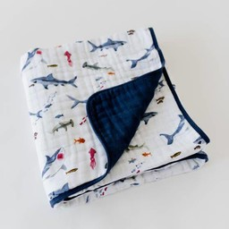 Little Unicorn Little Unicorn - Couette en Mousseline de Coton/Cotton Muslin Quilt, Requin/Shark