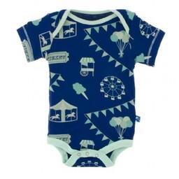 Kickee Pants Kickke Pants - Cache-Couches Manches Courtes/Short Sleeve Onepiece, Drapeaux de Carnaval Bleu/Flag Blue carnival