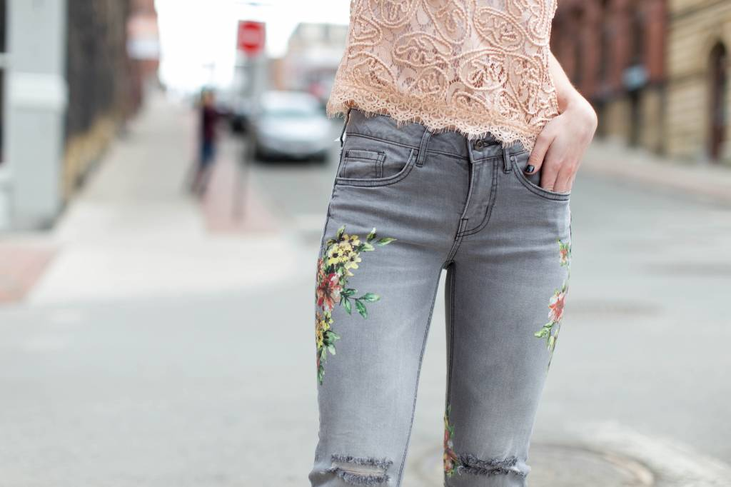 DEX DEX - Grey Floral Super Skinny Jeans w/ Ripped Knee