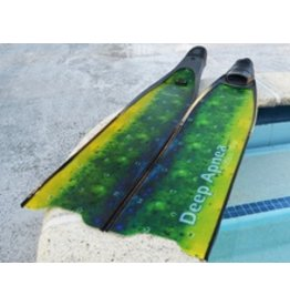 The S-Glass blade Mahi Mahi Edition is 85cm long and 20cm wide. The side T shape rails are just 1cm tall reducing the weight on the tip of the fin. This Fins compare to a normal Fiber Glass fins has a better performance because of the S-Glass. This fins a