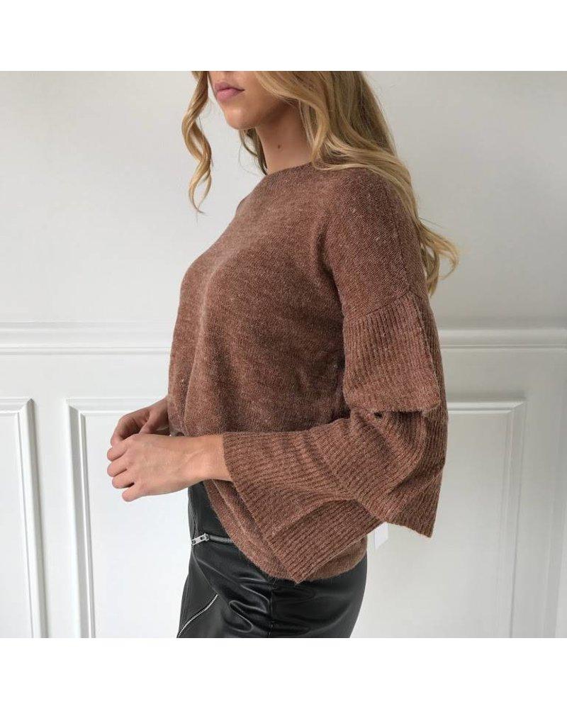 AT02476 sweater w/ ruffles on slvls