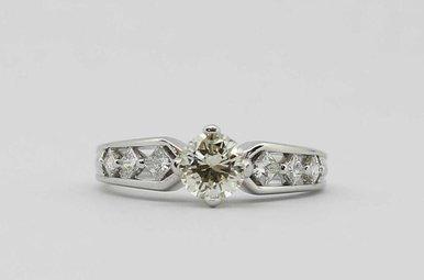 14KW .65CT-CTR 1CTW ENGAGEMENT RING (ROUND BRILLIANT CENTER & PRINCESS CUT SIDE DIAMONDS)