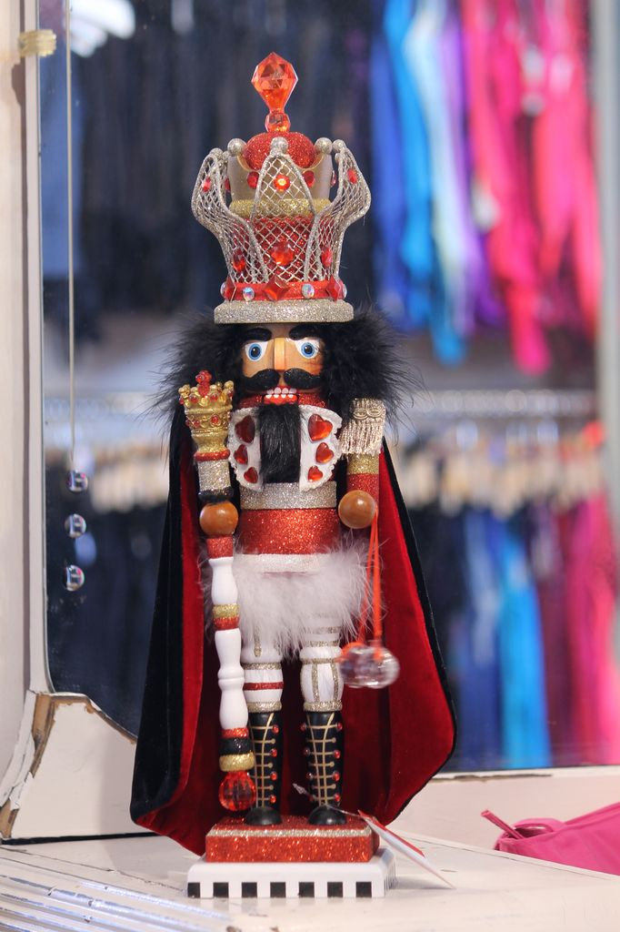 KURT S. ADLER HA0266 HOLLYWOOD KING OF HEARTS NUTCRACKER ON PIANO KEY STAND