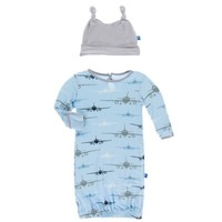 KICKEE PANTS PRINT LAYETTE GOWN & DOUBLE KNOT HAT SET IN POND AIRPLANES