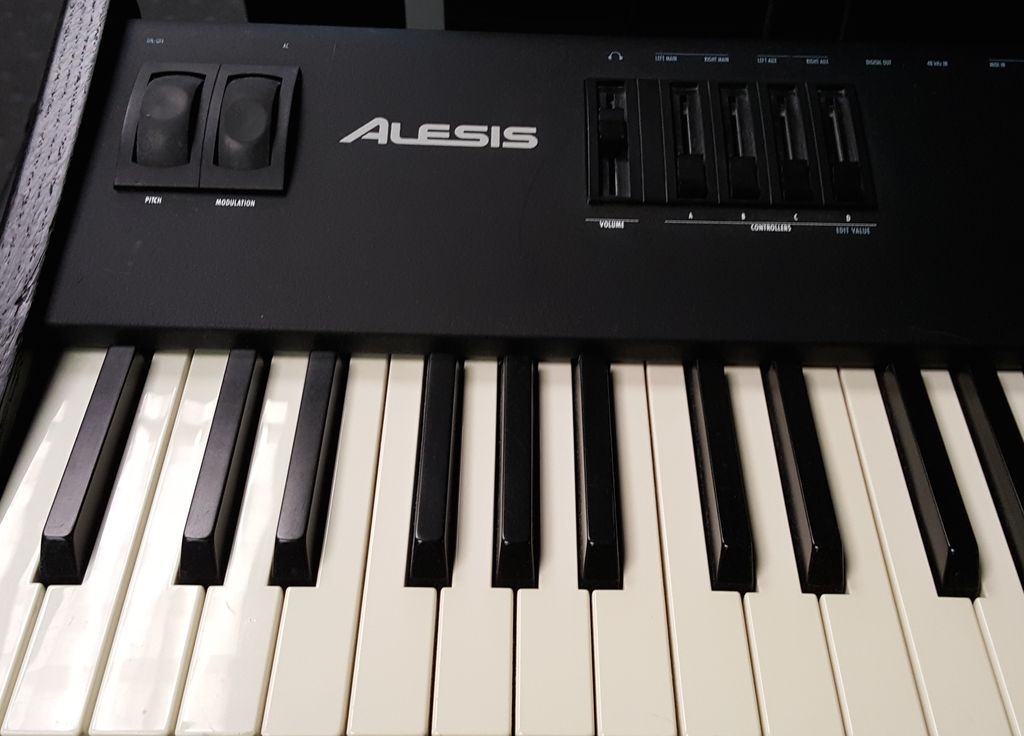 Used Alesis QS8 88-Note Keyboard