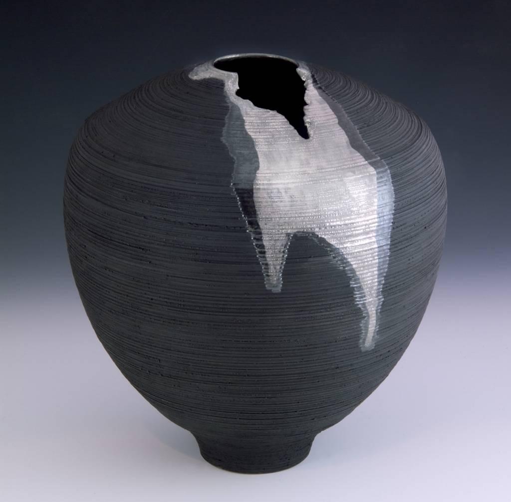 Ebony Porcelain Vase + 23K White Gold