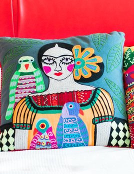 Karma Living Mujer Con Pericos Pillow