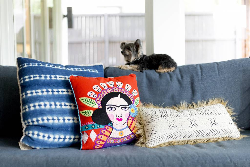 Karma Living Mujer Con Muchos Buenos Pillow