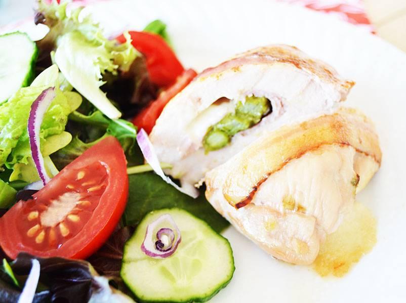 Poitrine de poulet farcie jambon, asperges, fromage & bacon