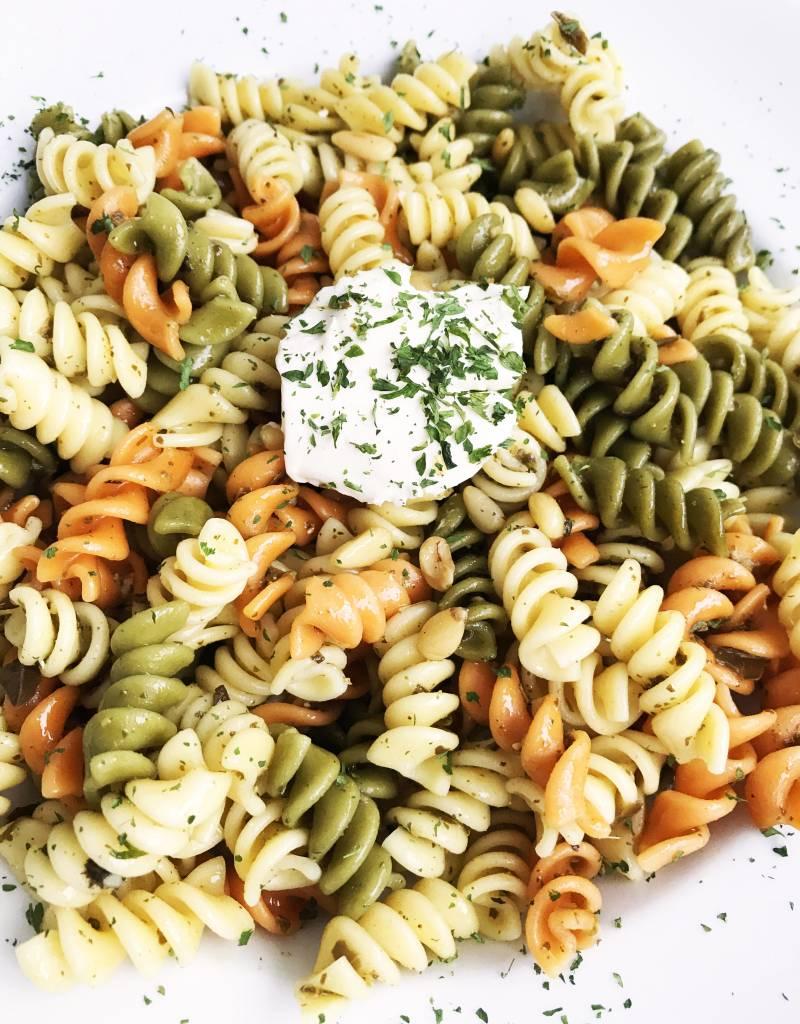 Rotini trois couleurs, pesto,  fromage à la crème & noix de pin