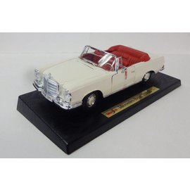 Maisto 1967 Mercedes Benz 280SE Convertible White Maisto 1:18 Diecast Car