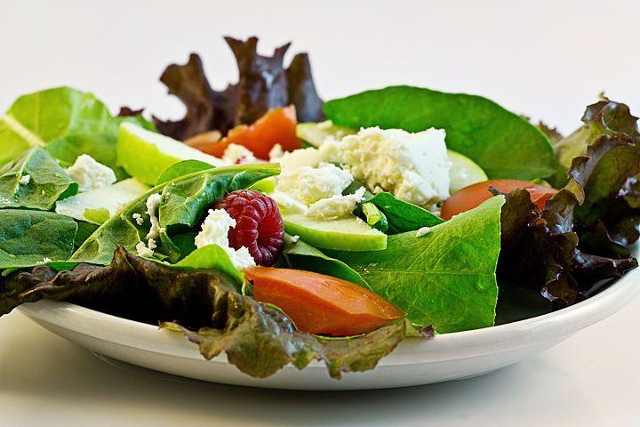Salade d'épinards, chèvre et fruits rouges