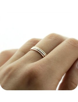 Le Cubicule Silver hammered skinny ring