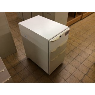 24x15x28 White 3 dr. cabinet on castors (w/broken handles)