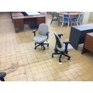 LT gray desk chair w/arms & castors