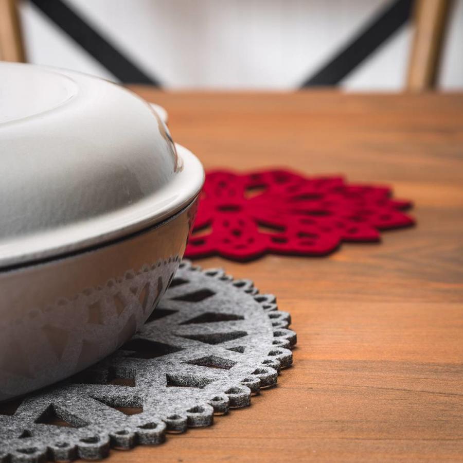 Sous-plats flocons en feutre rouge et gris - Photo 1