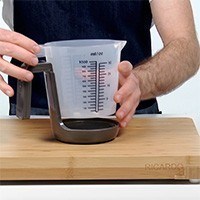 2-in-1 Measuring Cup with Integrated Scale