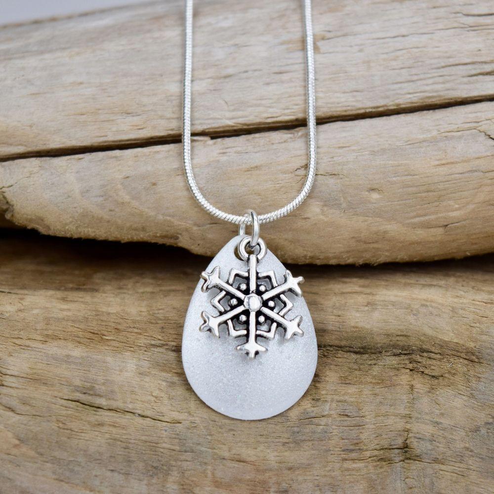 Eye Catching Jewelry Snowflake Necklace