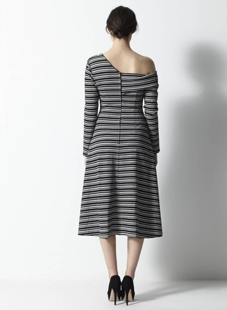 Robe noir et blanc ray e col asym trique pink stitch deuxi me dition - Coussin graphique noir et blanc ...