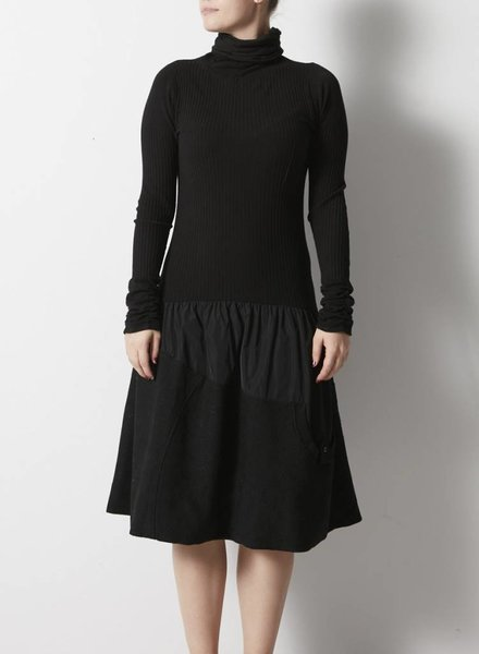 Uptown Girl ROBE NOIRE COL ROULÉ  AVEC BRODERIES