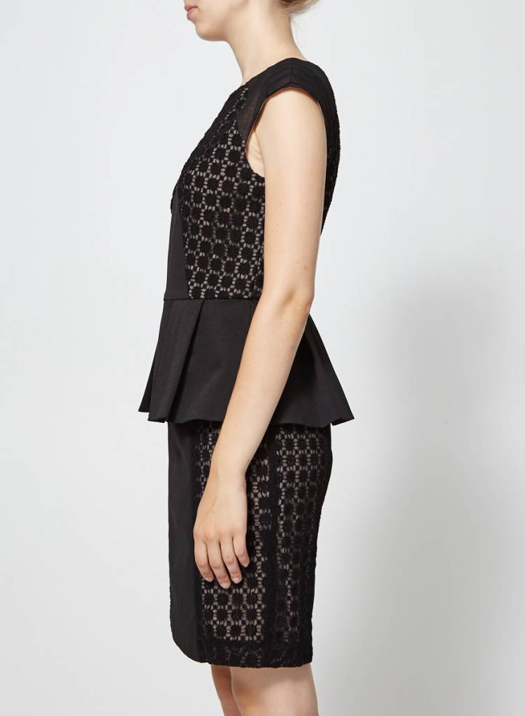 Nue by Shani Robe noire effet péplum avec dentelle