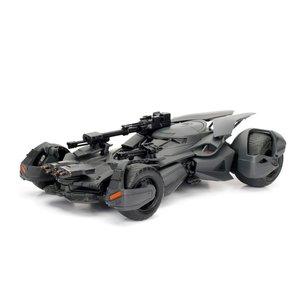 Green Light Collectibles . GNL 1/24 2017 Justice League Batmobile w/ Batman Figure