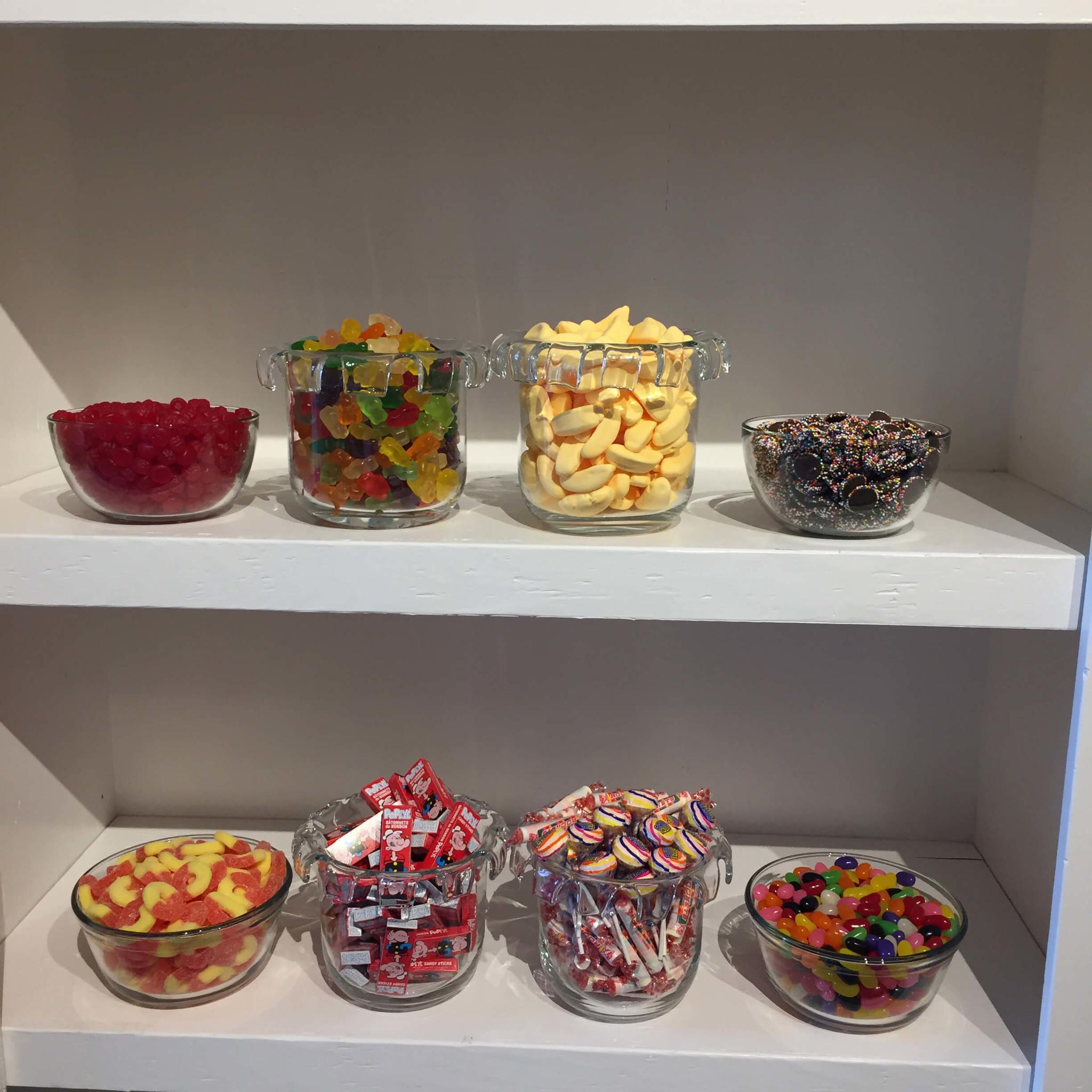 Bonbons de toutes sortes dans des pots sur des étagères