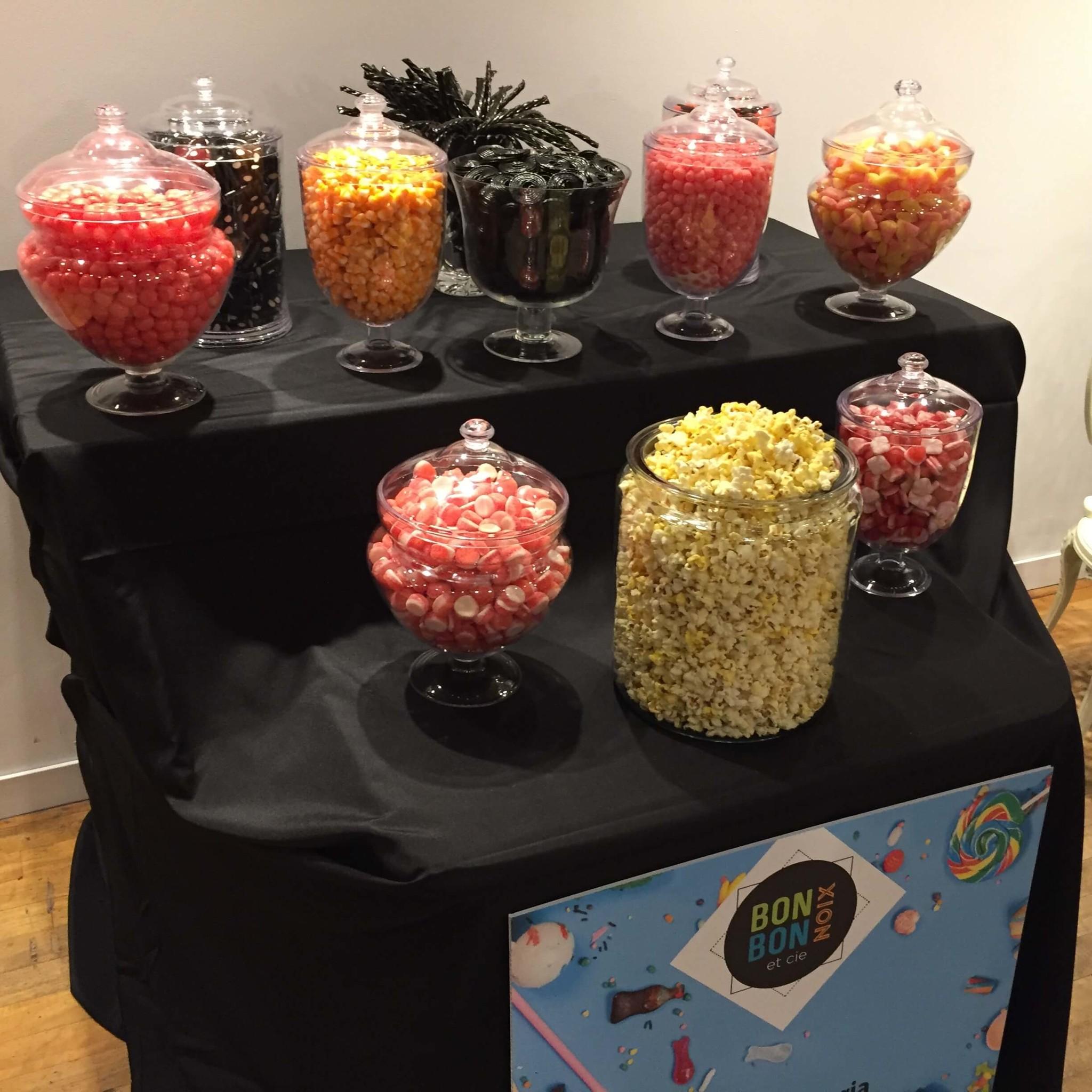 Bar à bonbons et pop corn sur une table