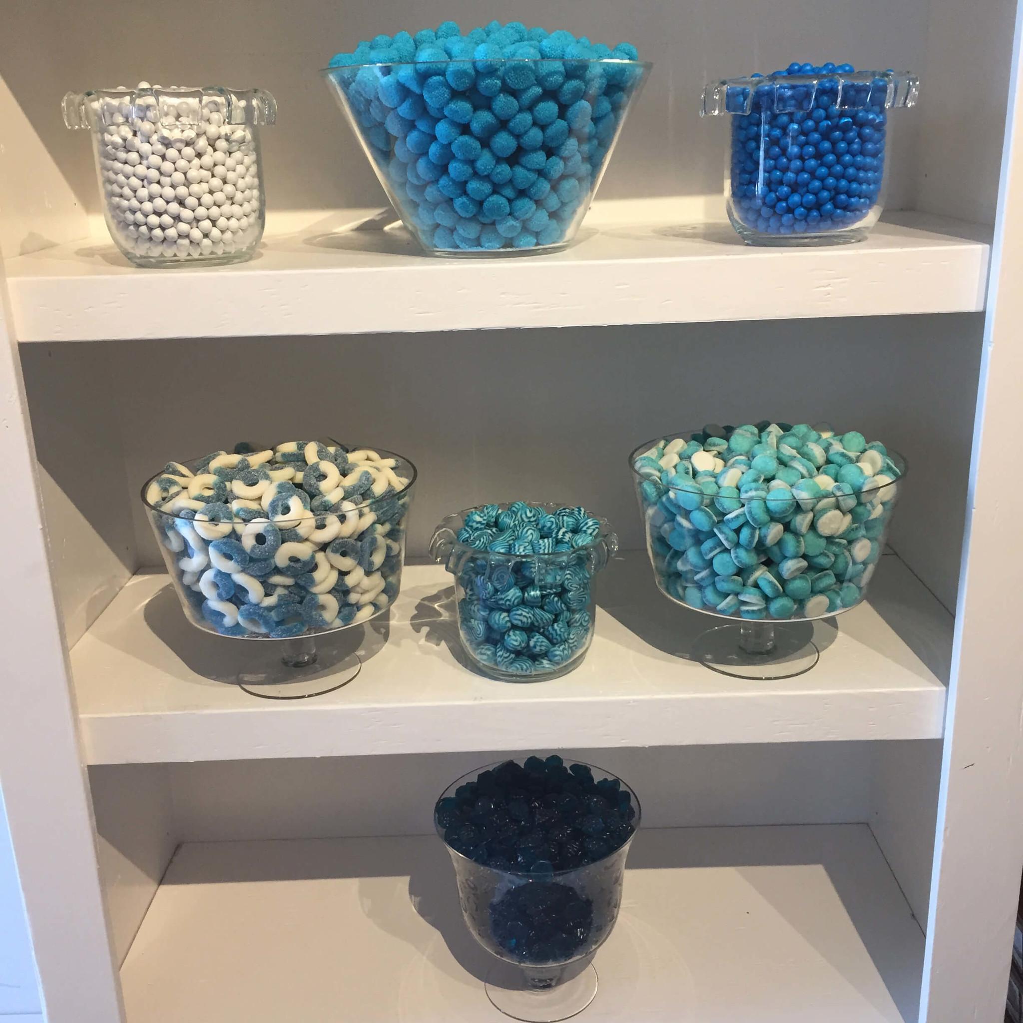 Bonbons bleus dans des pots sur des étagères