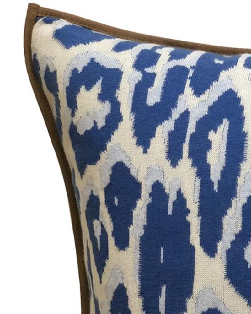 "COTTON KNITTED LEOPARD PILLOW: 21"" X 21"": BLUE"