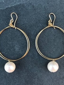 CINDY BORDERS GOLD CIRCLE WITH WHITE PEARL