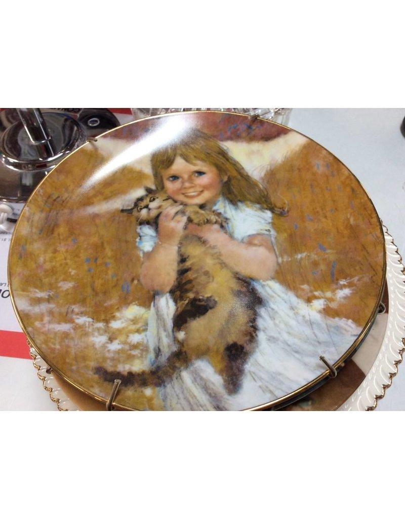 Decor plate girl holding cat