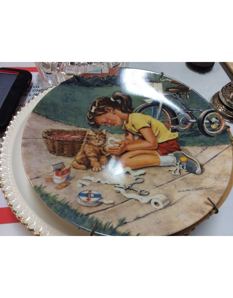 Decor plate girl with toilet paper
