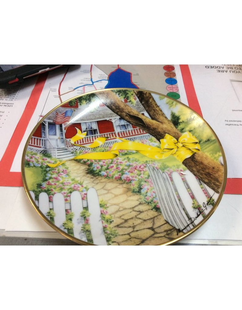 Decor plate tree with yellow ribbon red house