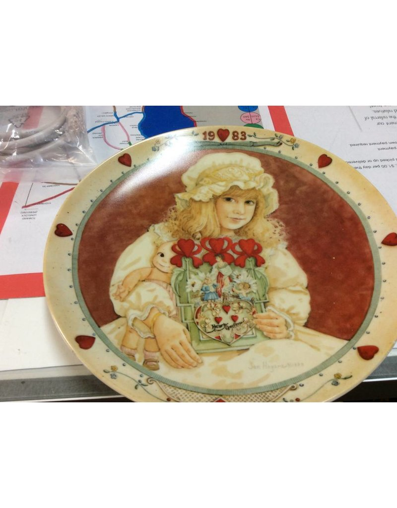 Decor plate girl with doll 1983