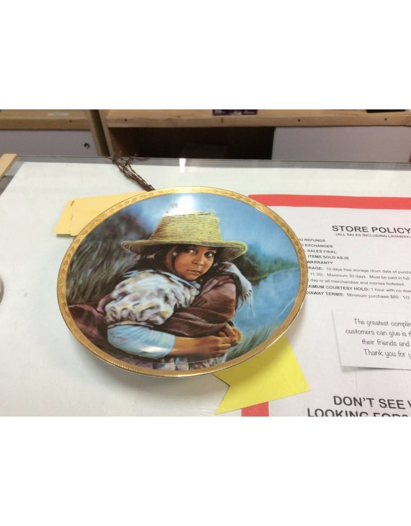 Decor plate with brown girl and straw hat holding blanket