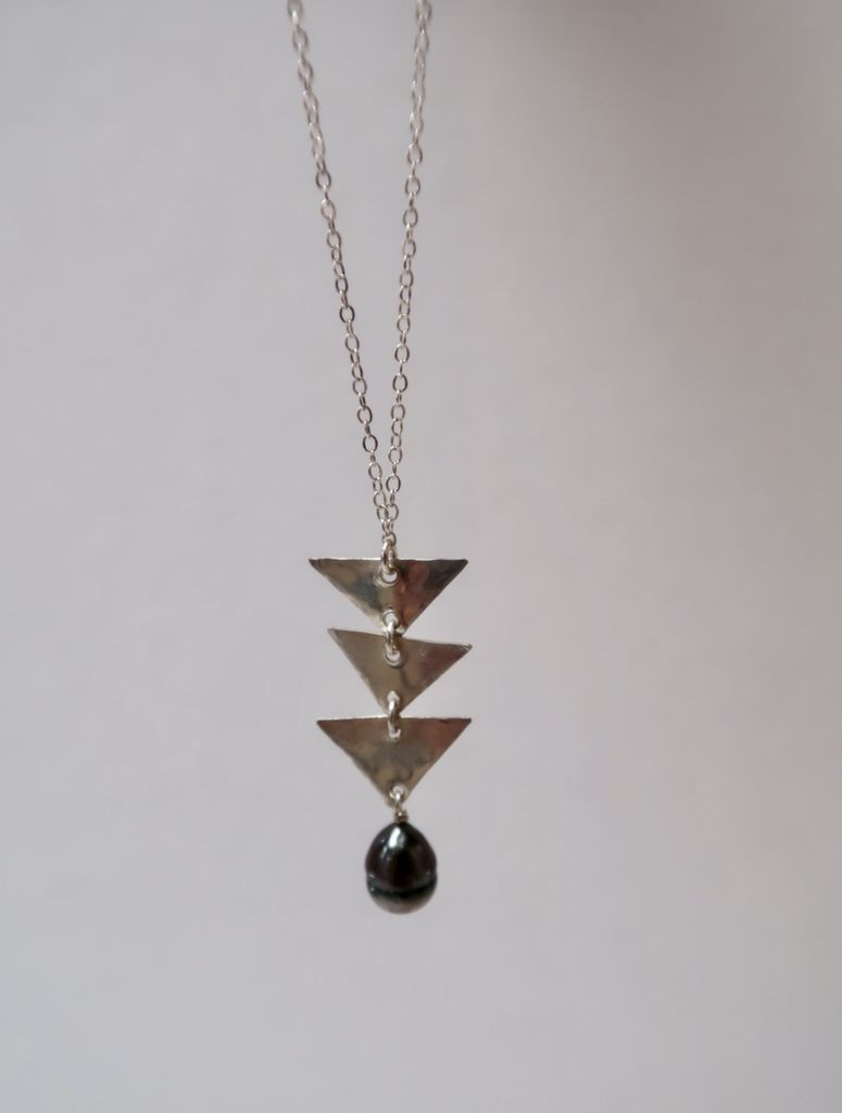 Laanei NECKLACE: Silver 3x triangles + Tahitian