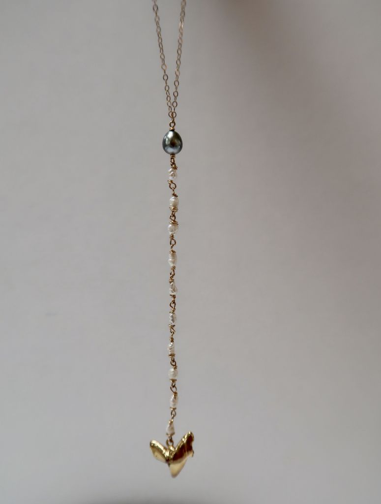 Laanei NECKLACE: Gold niho + pearls