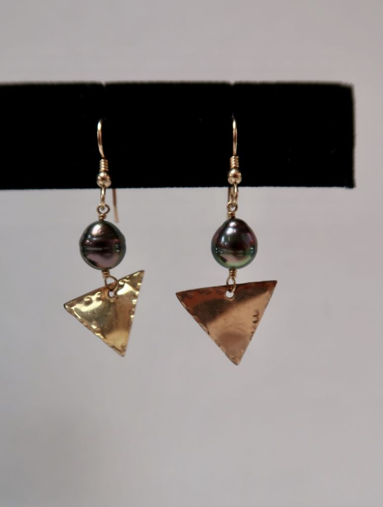 Laanei EARRINGS: Gold triangle and Tahitian Pearls